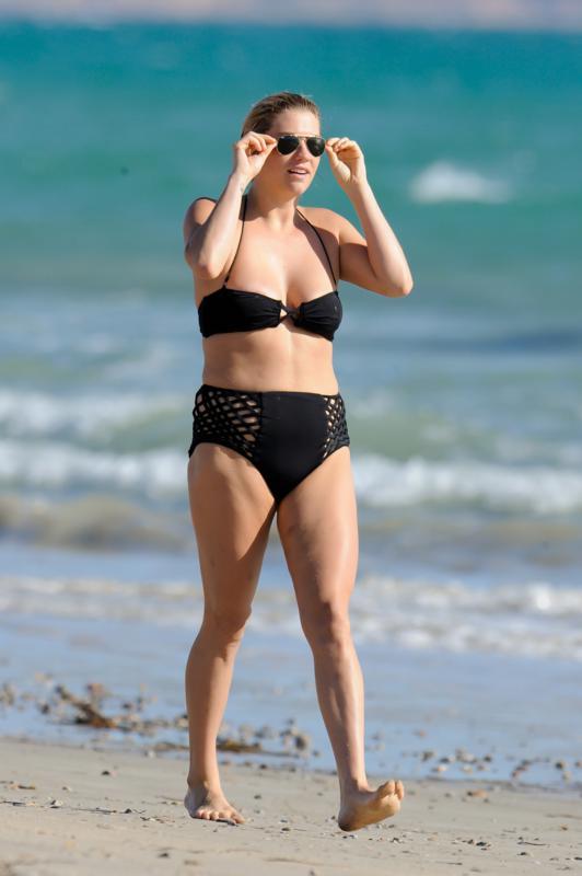 kesha-bikini-on-beach-in-australia-22