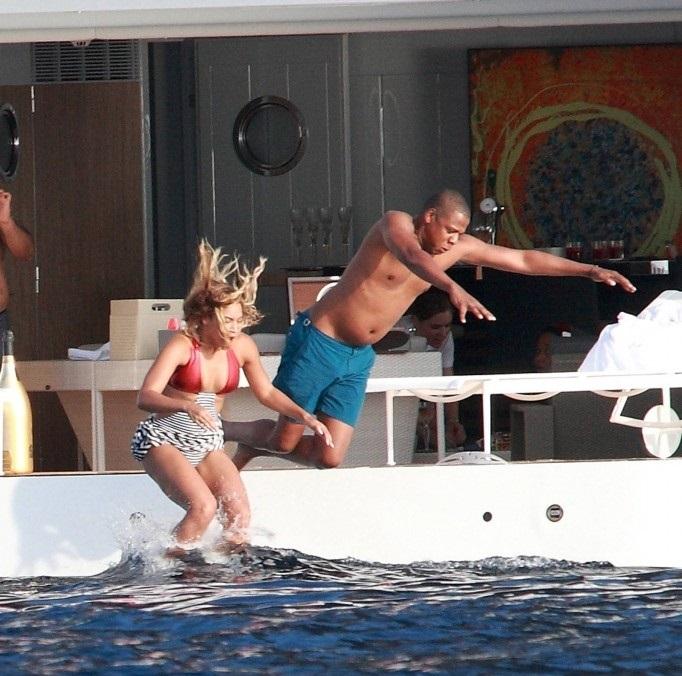 14Beyoncé-Jay-Z-e-Blue-spotted-in-Stromboli-Italy-5-sept-2013