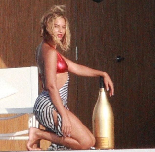 35Beyoncé-Jay-Z-e-Blue-spotted-in-Stromboli-Italy-5-sept-2013