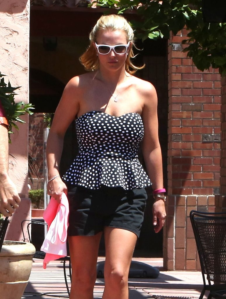 Britney-Spears-and-David-Lucado-getting-lunch-6